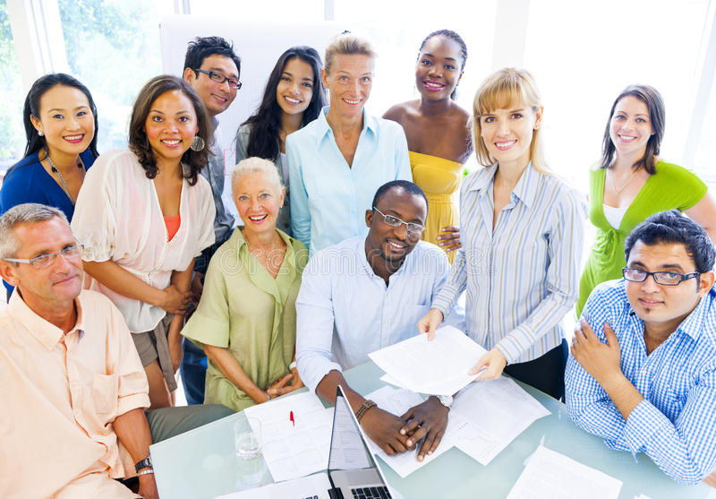 Grupp av olika affärskollegor som tycker om framgång arkivbild