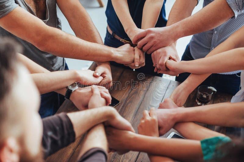 Grupp av olika händer som sammanfogar tillsammans Begreppsteamwork och kamratskap arkivbilder