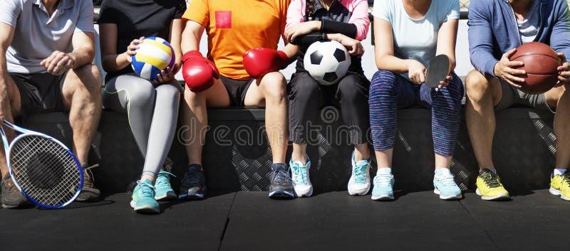 Grupp av olika idrottsman nen som tillsammans sitter royaltyfria bilder
