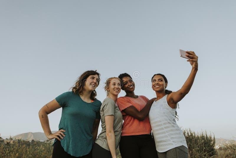 Grupp av olika kvinnor som tar en selfie arkivfoto