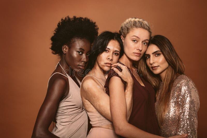 Grupp av olika kvinnor som tillsammans står royaltyfri fotografi