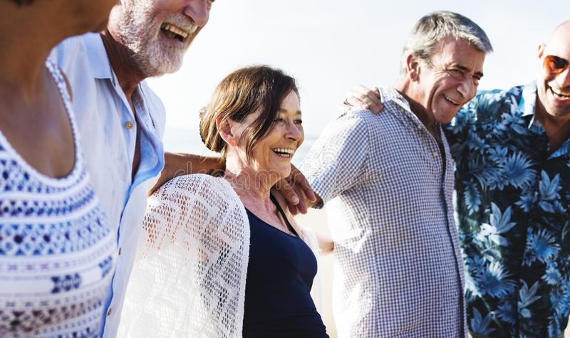 Grupp av olika pensionärer på stranden royaltyfri foto
