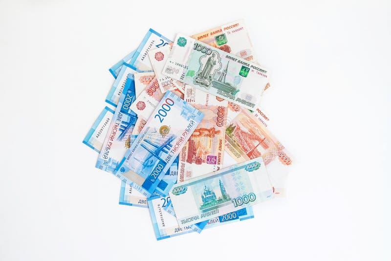 Grupp av olika sedlar av ryska rubel på en vit bakgrund royaltyfri fotografi