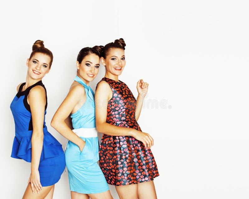 Grupp av olika stilfulla damer i ljusa klänningar som isoleras på wh royaltyfria bilder