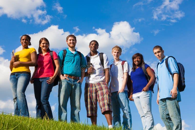 Grupp av olika studenter/vänner utanför royaltyfria foton