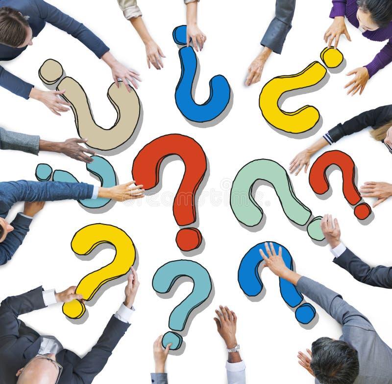 Grupp av olikt affärsfolk med frågefläckar stock illustrationer