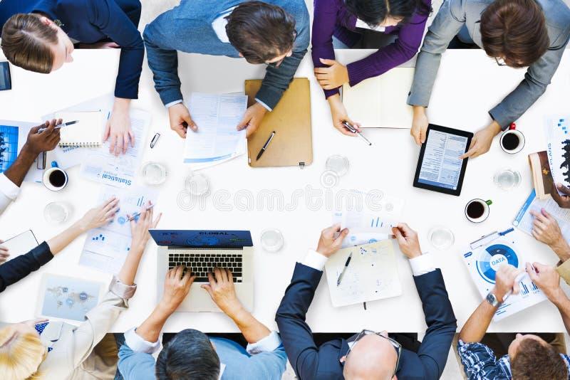 Grupp av olikt affärsfolk på ett möte arkivbild