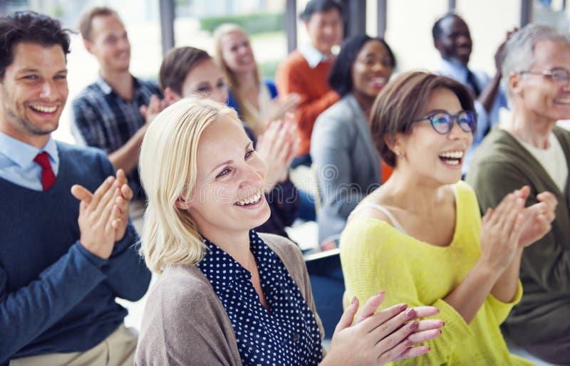 Grupp av olikt folk i en konferens royaltyfria bilder