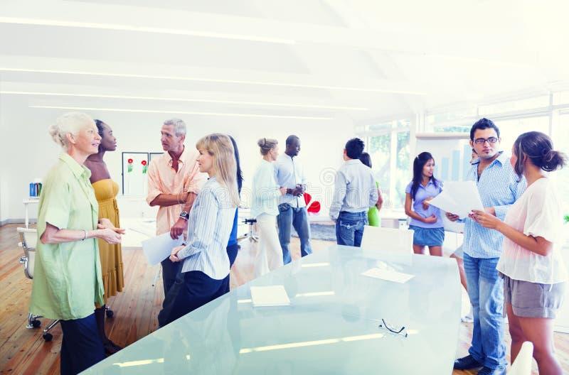 Grupp av olikt folk som arbetar i kontoret arkivfoto
