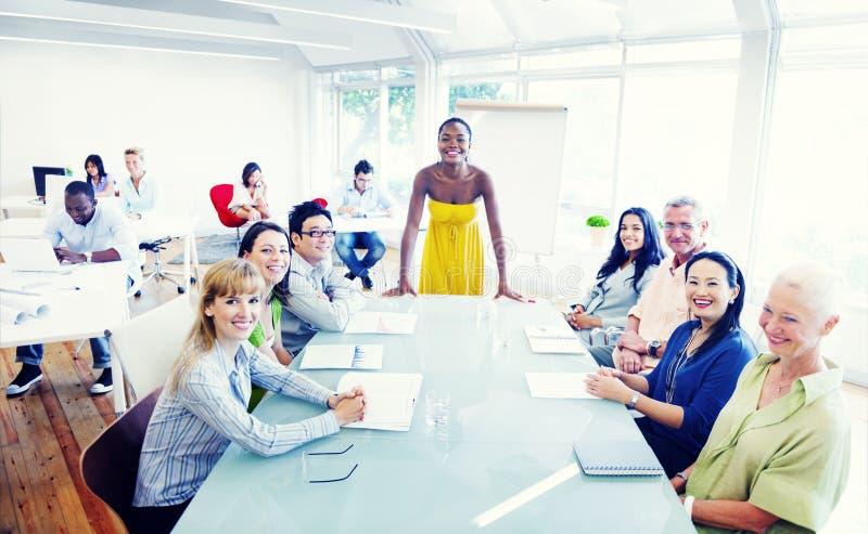 Grupp av olikt folk som arbetar i kontoret royaltyfri bild