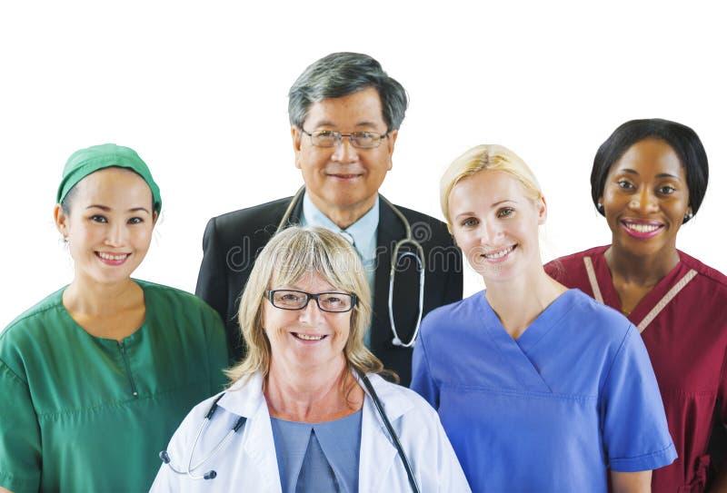 Grupp av olikt multietniskt medicinskt folk royaltyfri foto