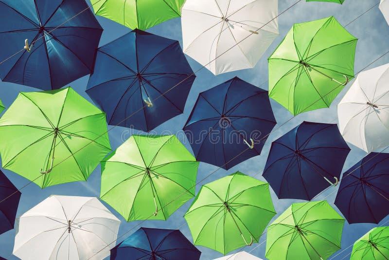 Grupp av paraplyer mot blå himmel arkivfoton