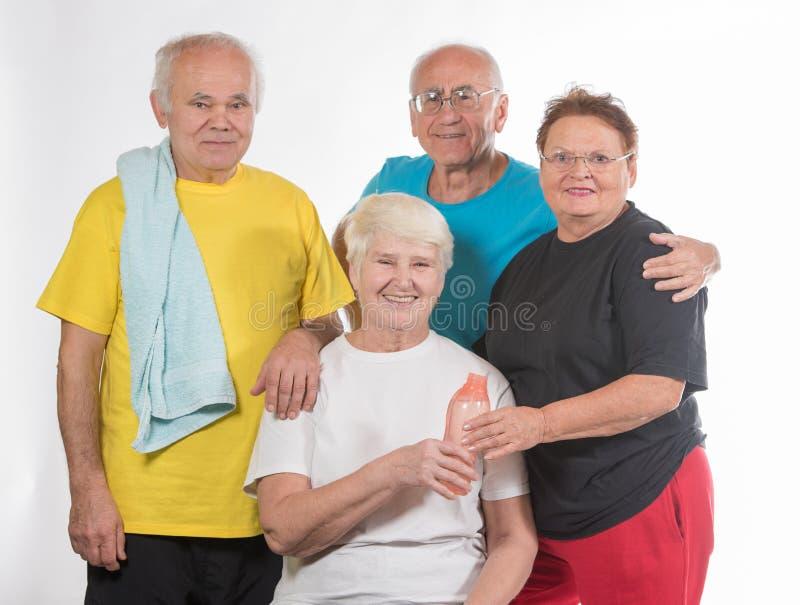 Grupp av pensionärer som gör sporten royaltyfri foto