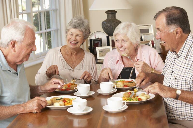 Grupp av pensionärpar som tillsammans tycker om mål arkivfoto