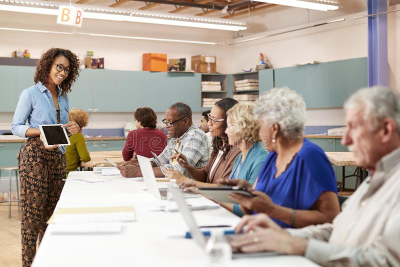 Grupp av pensionerade pensionärer som deltar i DEN grupp i gemenskapmitt med läraren fotografering för bildbyråer