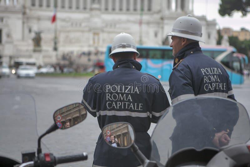 Grupp av polisen med sköldar och tumultkugghjulet under händelsen i staden arkivbild