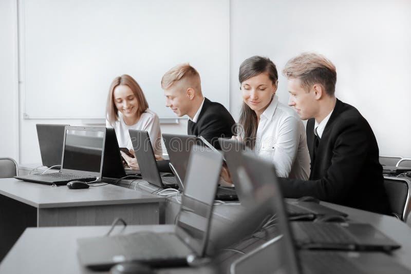 Grupp av programmerare som arbetar i kontoret av programvarubäraren arkivbilder