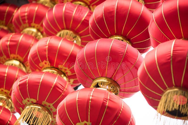 Grupp av röda kinesiska lyktor royaltyfri foto