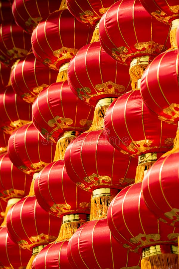 Grupp av röda kinesiska lyktor royaltyfri bild