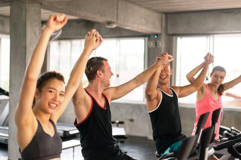 Grupp av rais för mångfaldfolkhand upp för motivationen, attraktivt sportigt ungt vänligt lag som är lyckligt och tillsammans royaltyfri bild