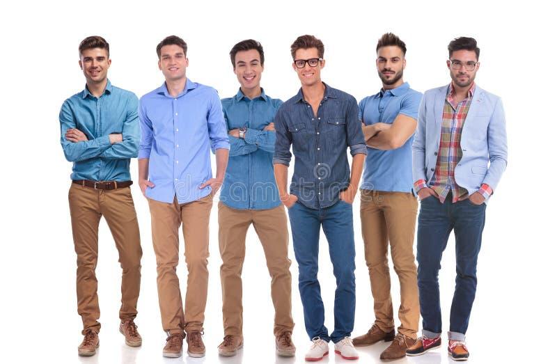 Grupp av sex unga tillfälliga män som säkert står arkivfoto