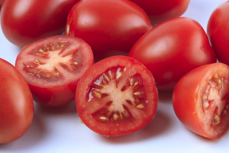 Grupp av skivade och hela tomater royaltyfri fotografi