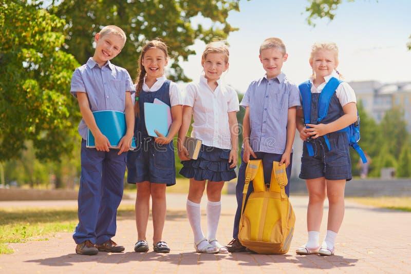 Grupp av skolbarn royaltyfri bild