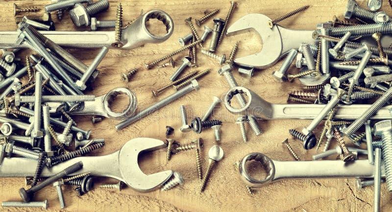 Grupp av skruvar och skiftnycklar arkivbilder