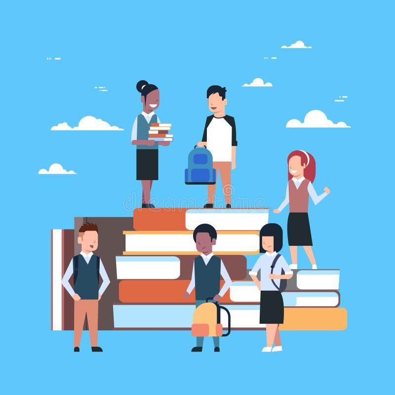 Grupp av små barn på bunt av bokskolutbildningbegreppet vektor illustrationer