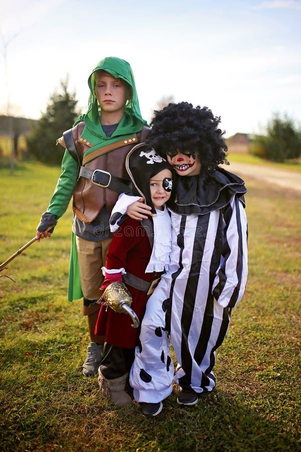 Grupp av små barn som är utklädda för att åka eller behandla på Halloween royaltyfria bilder