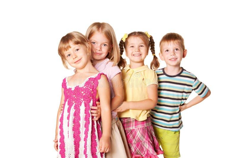 Grupp av små barn som spelar och ler. arkivfoton