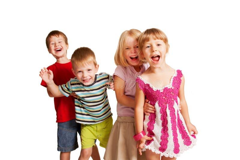 Grupp av små barn som spelar och skriker royaltyfri bild