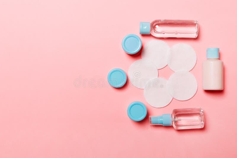 Grupp av små flaskor för att resa på rosa bakgrund Kopieringsutrymme f?r dina id?er Plan lekmanna- sammansättning av kosmetiska p fotografering för bildbyråer