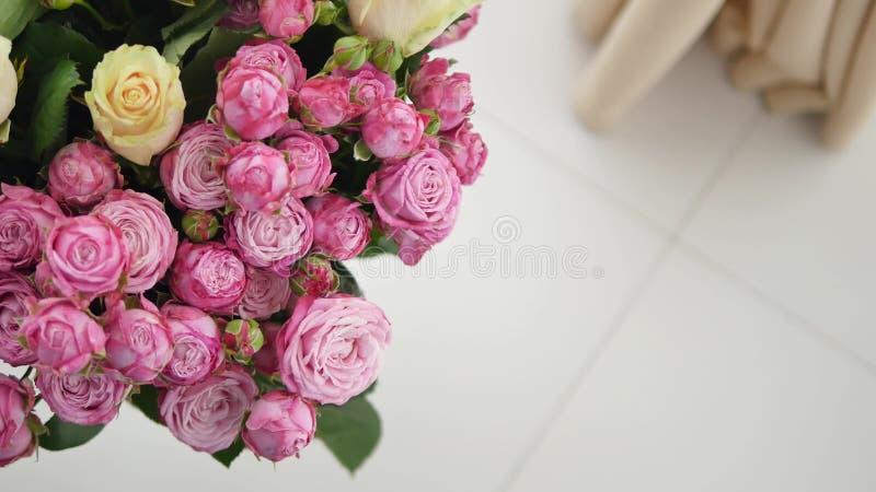 Grupp av små rosa rosor royaltyfria foton