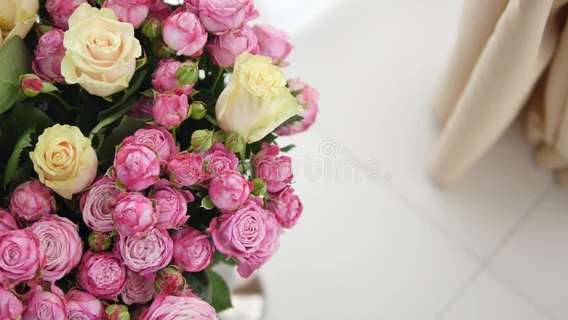 Grupp av små rosa rosor fotografering för bildbyråer