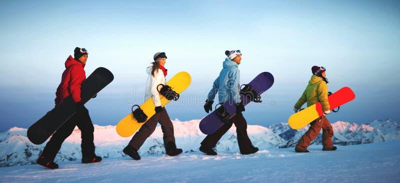 Grupp av snowboarders överst av berget arkivbild