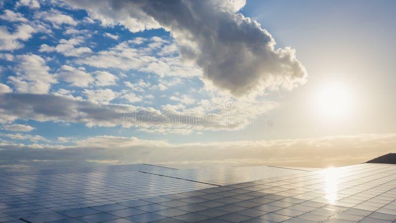 Grupp av sol- och photovoltaic paneler för elkraftproduktion royaltyfria bilder