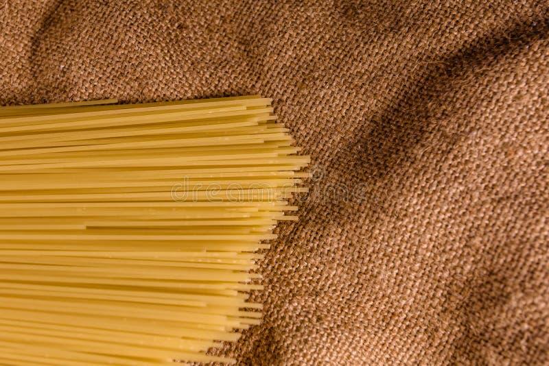 Grupp av spagetti på säckväv Top beskådar arkivbild