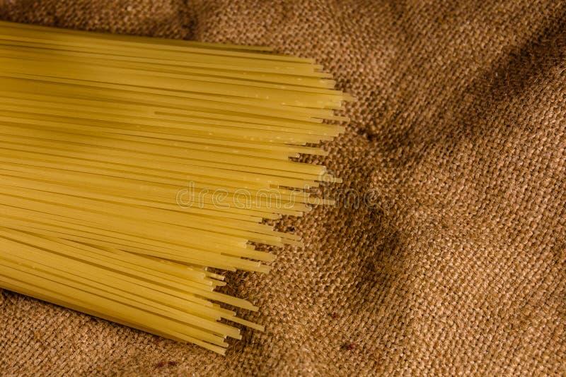 Grupp av spagetti på säckväv Top beskådar royaltyfria foton