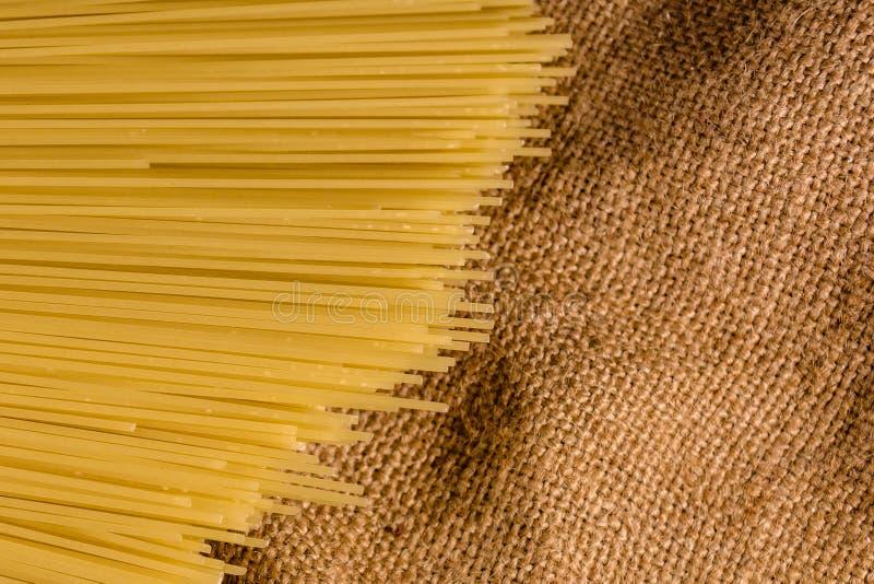 Grupp av spagetti på säckväv Top beskådar royaltyfri fotografi