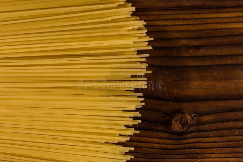 Grupp av spagetti på trätabellen Top beskådar arkivbilder