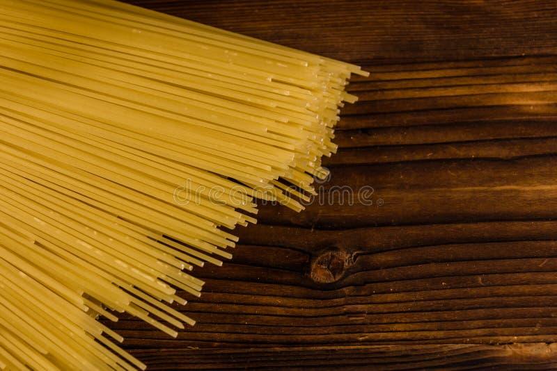 Grupp av spagetti på trätabellen Top beskådar royaltyfri foto