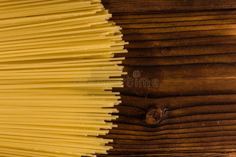 Grupp av spagetti på trätabellen Top beskådar royaltyfri fotografi