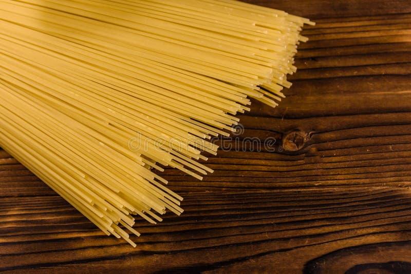 Grupp av spagetti på trätabellen Top beskådar arkivfoto