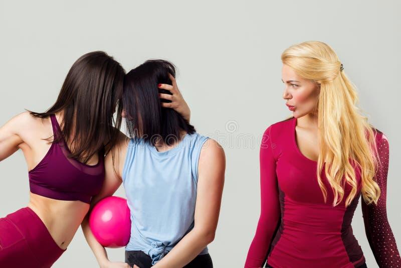Grupp av sportiga kvinnliga v?nner royaltyfri foto