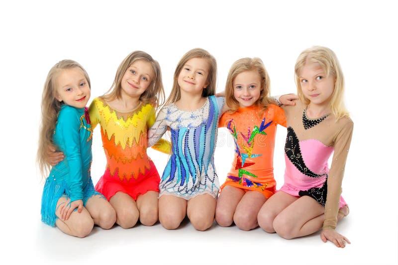 Grupp av sportiga små flickor royaltyfri foto