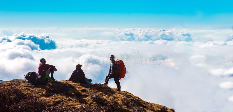 Grupp av sportigt folk som reser i Himalaya berg royaltyfria bilder