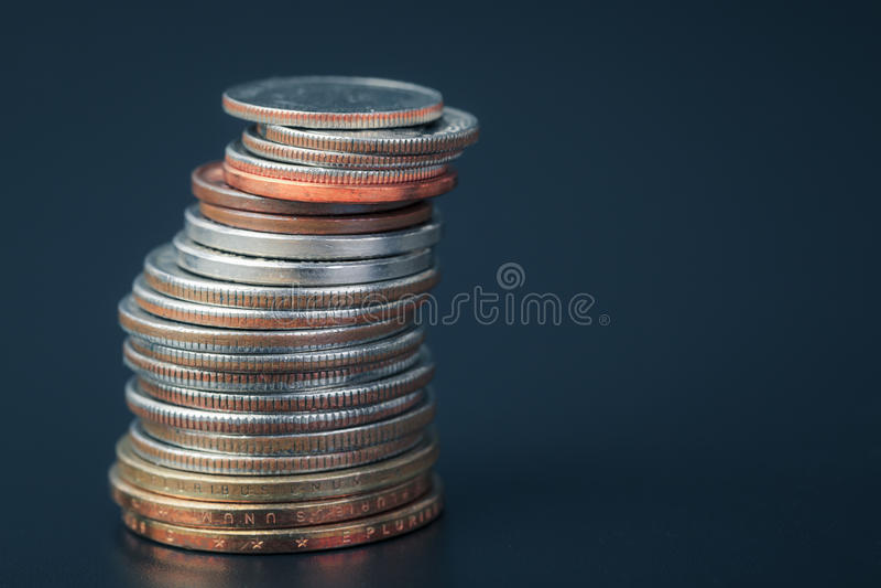 Grupp av stapla för amerikanskt mynt för USA vertikalt arkivfoto