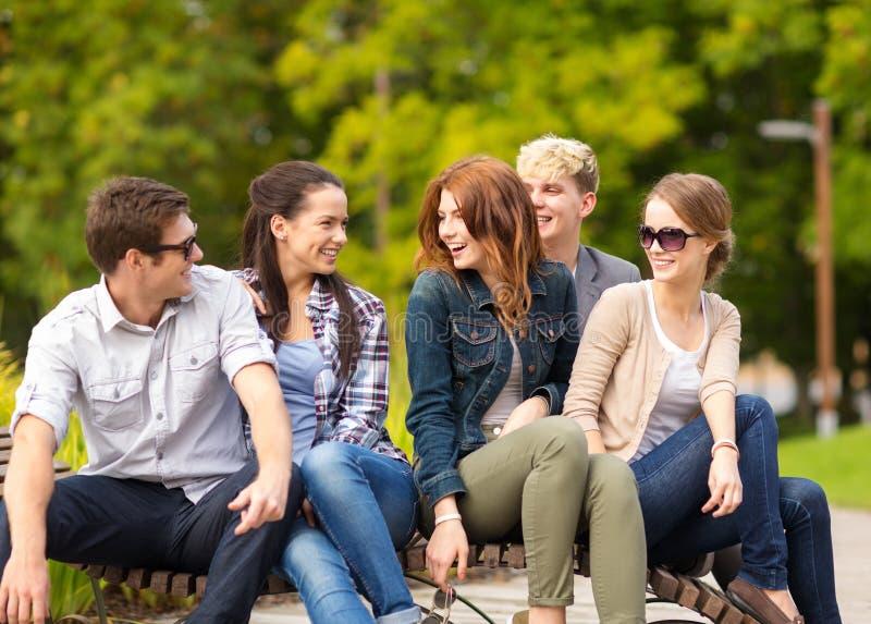 Grupp av studenter eller tonåringar som ut hänger royaltyfri bild