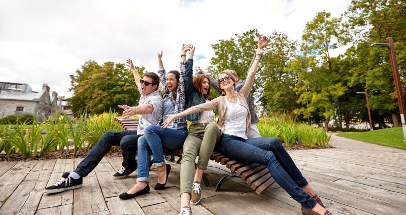 Grupp av studenter eller tonåringar som ut hänger royaltyfria foton